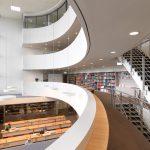 Blick in den Lesesaal und auf die Bibliotheksgalerie