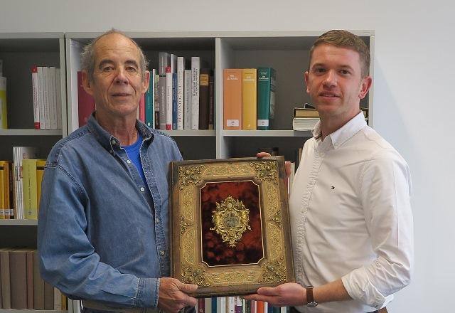 Der US-Amerikaner Walter Anderson  und Archiv-Mitarbeiter André Stellmacher zeigen die Urkunde