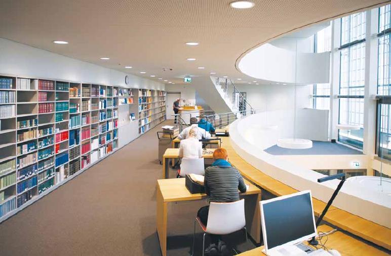 Die Bibliotheksgalerie mit arbeitenden Personen am Standort in Golm