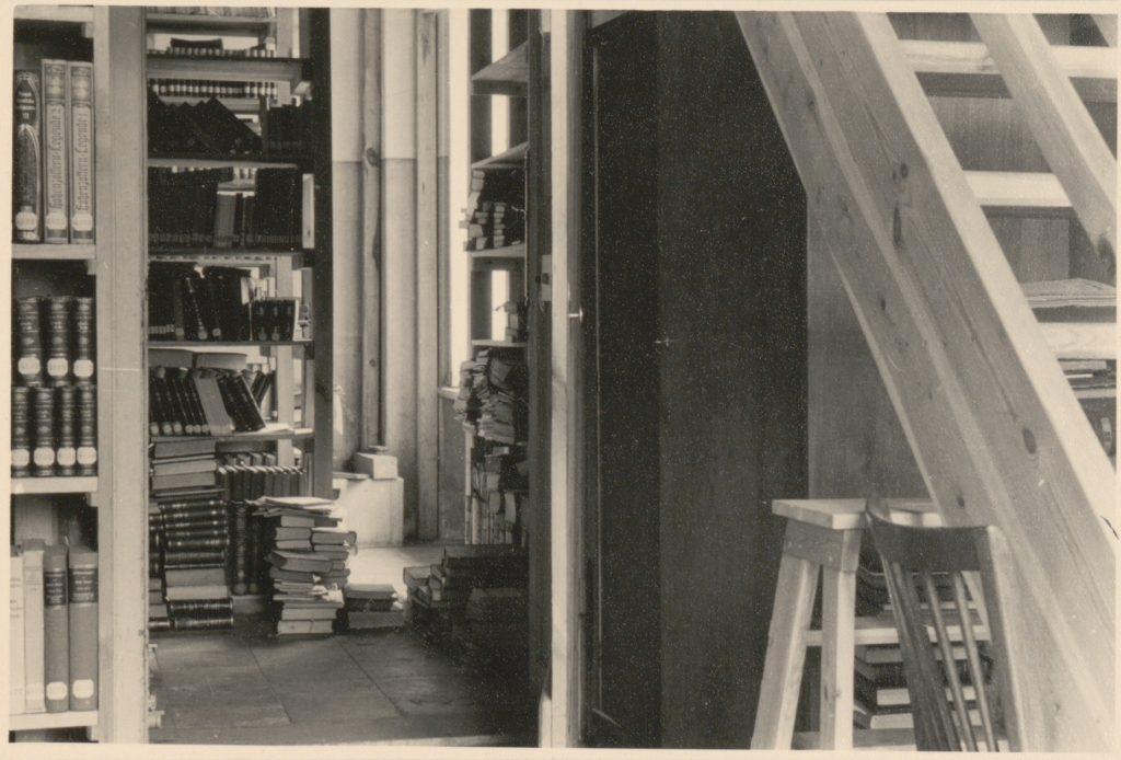 Ein Schwarz-Weiß-Foto zeigt die alte Bibliothek in der Orangerie