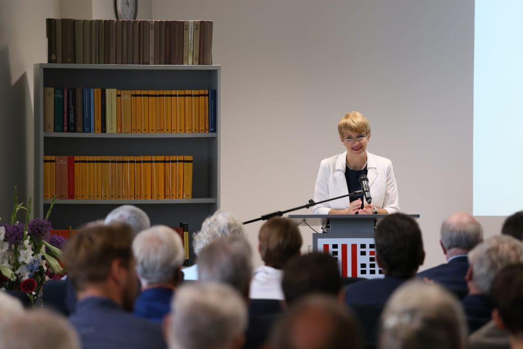 Ministerin Martina Münch am Rednerpult bei der Jubiläumsfeier im Brandenburgischen Landeshauptarchiv am 20. Juni 2019