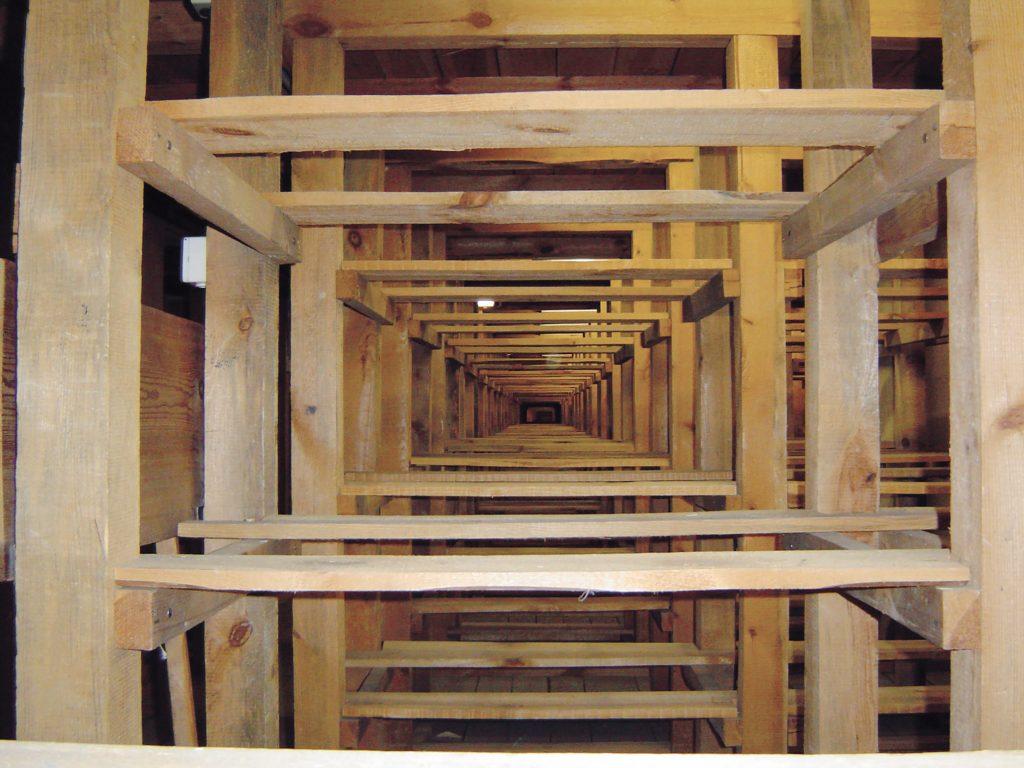 Die nach dem Rückbau zum Vorschein gekommene Holzkonstruktion am alten Standort in der Orangerie