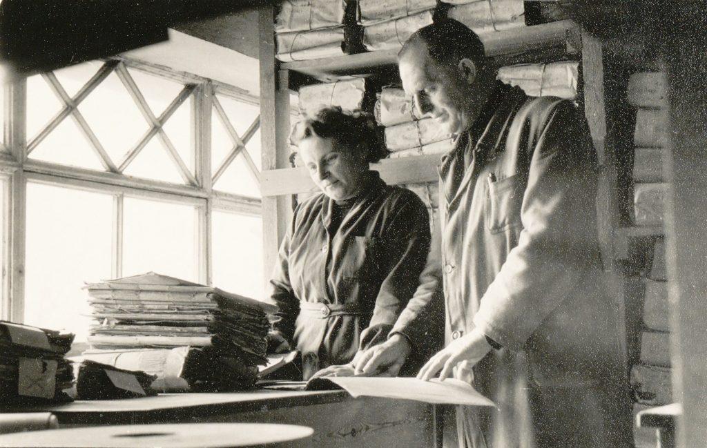Ein Schwarz-Weiß-Foto zeigt eine Frau und einen Mann beim Magazindienst um 1950