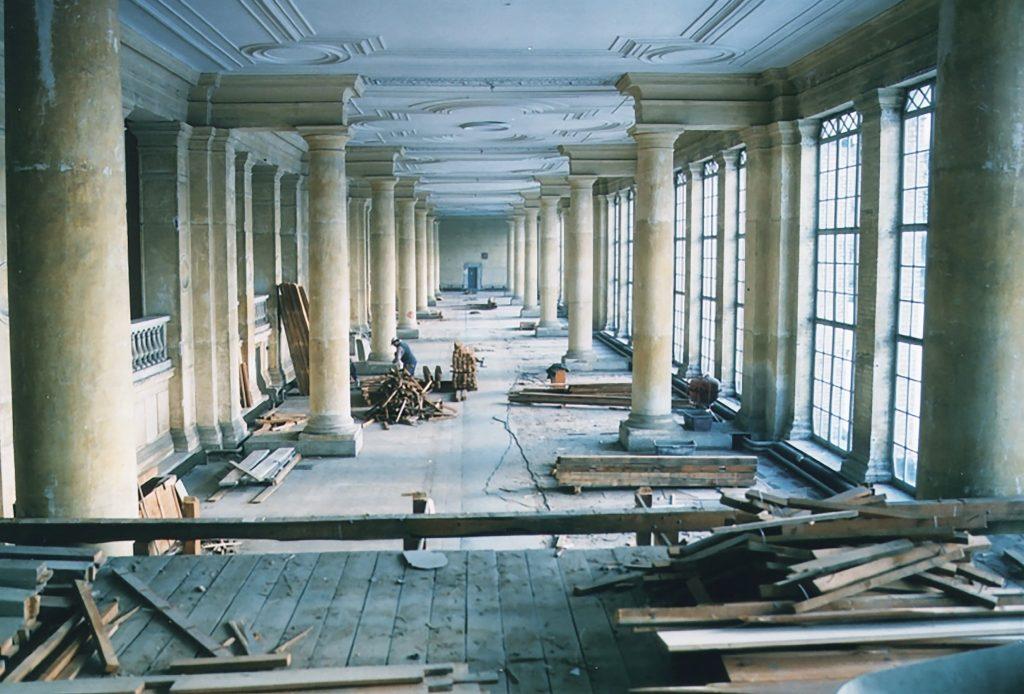 Ein Blick in die lange Säulenhalle in der Orangerie, der ehemalige Standort