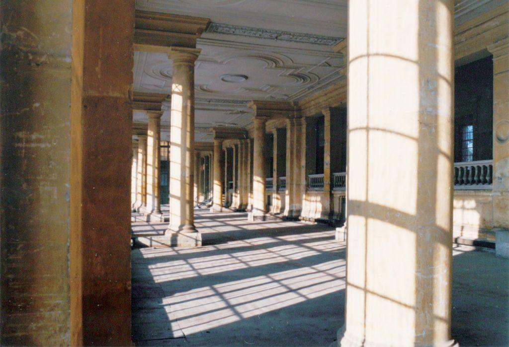 Ein Einblick in die Säulenhalle am alten Standort in der Orangerie