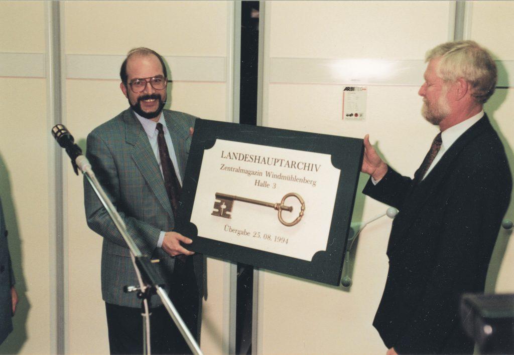 Schlüsselübergabe für den neuen Standort in Potsdam-Bornim an den damaligen Direktor