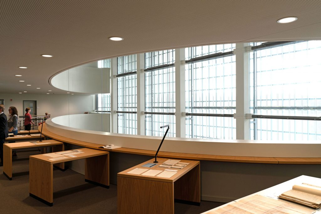 Präsentation von Archivalien auf der Galerie-Etage des BLHA