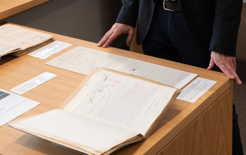 Schreibtisch mit Dokument über Landverkauf an Albert Einstein in Caputh