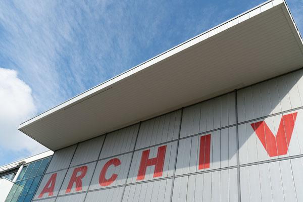 Ansicht des roten Archiv-Schriftzugs am Gebäude des Brandenburgischen Landeshauptarchivs