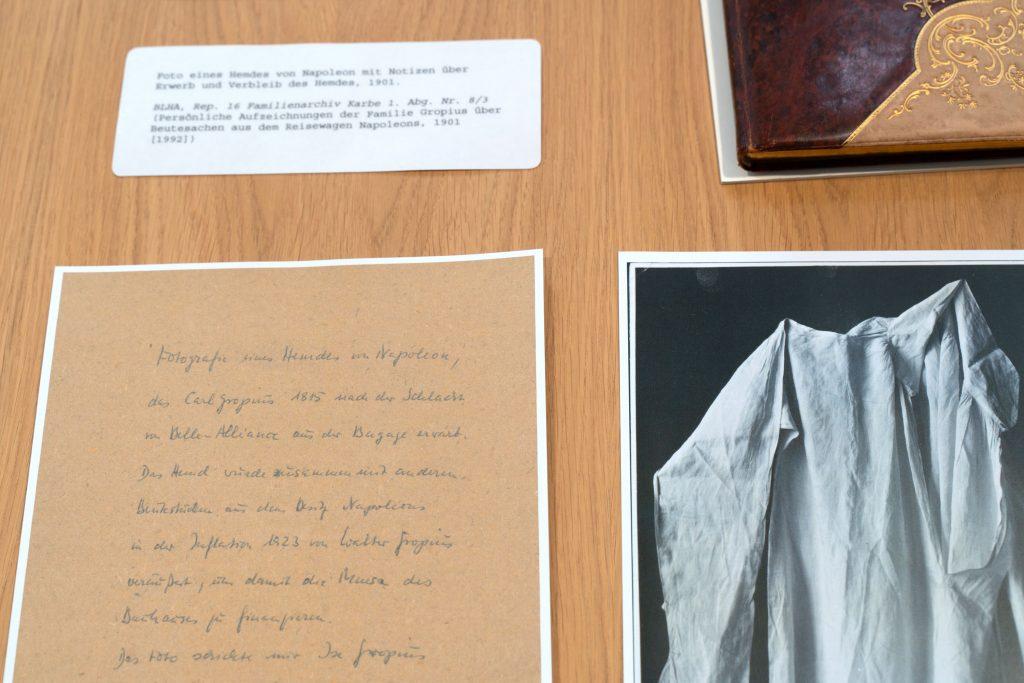 Tisch mit Foto eines Hemdes von Napoleon und Notizen über den Erwerb und Verbleib des Hemdes