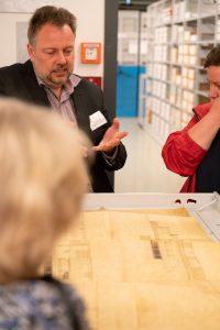 Archivdirektor Prof. Dr. Mario Glauert beim Erläutern eines Dokuments