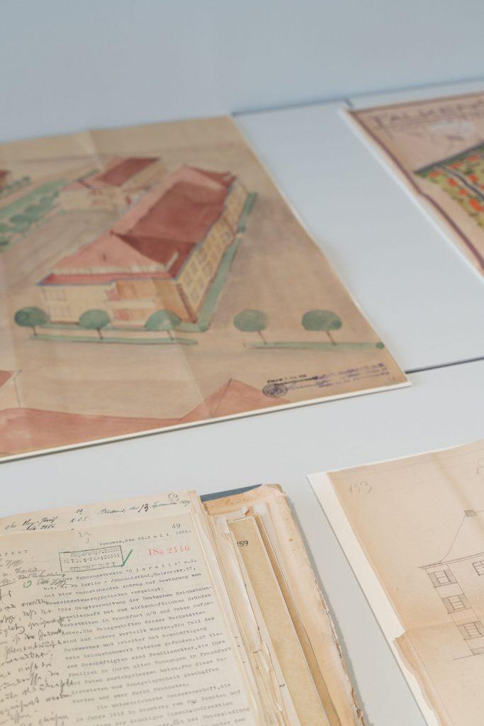 Schreibtisch mit einer Perspektivzeichnung einer geplanten Wohnhaussiedlung in Finow darauf