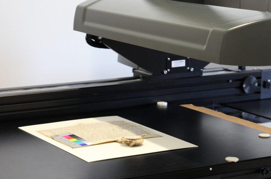 Urkunde mit Farbskala auf einem Scanner