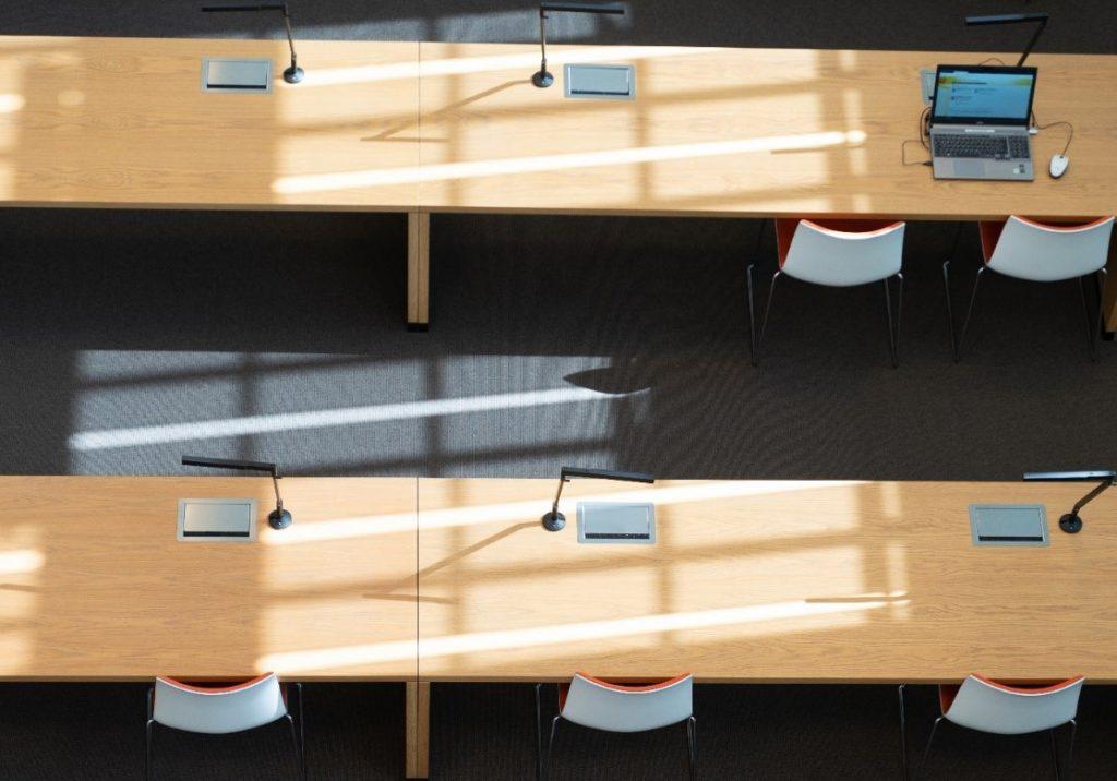 Zwei Reiehn mit leeren Plätzen im Lesesaal