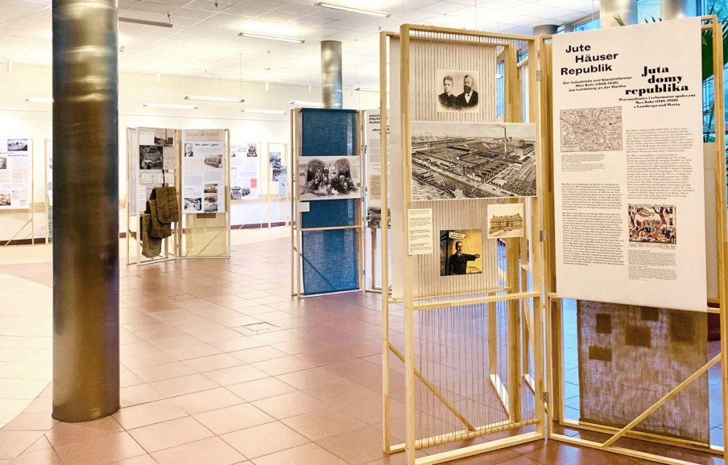 Ansicht der Ausstellungsmodule, die aus Holz, Papier und Jute gefertigt sind